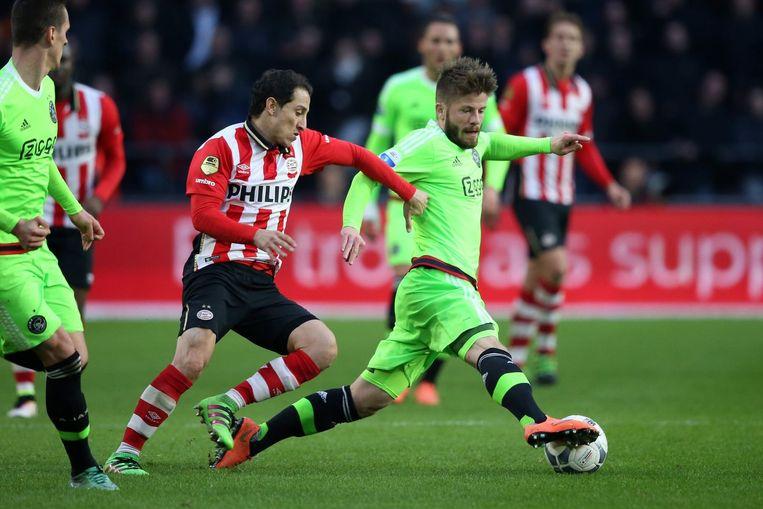 Guardado in duel met Lasse Schöne van Ajax. Beeld photo_news