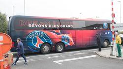 LIVE: spelersbus PSG (nog zonder spelers) aangekomen op tarmac, vier motards zorgen voor politiebegeleiding
