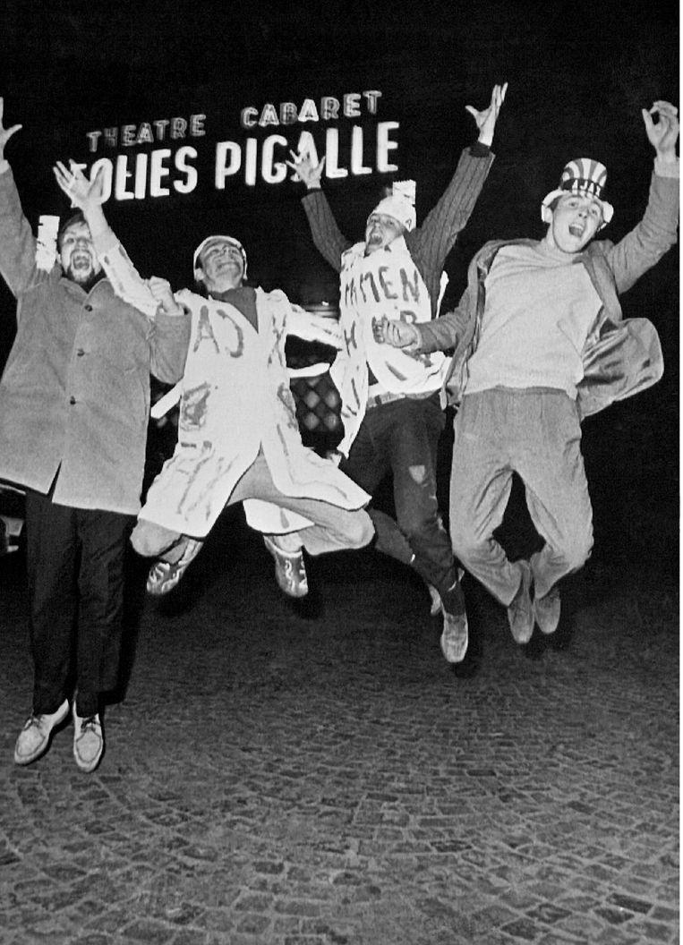 Uitgelaten Ajax-supporters vieren de overwinning in hartje Parijs. Beeld Nationaal Archief/Collectie Spaarnestad/ANP