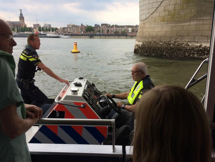 De politie kwam zaterdagmiddag helpen om bezoekers naar het eiland te brengen.