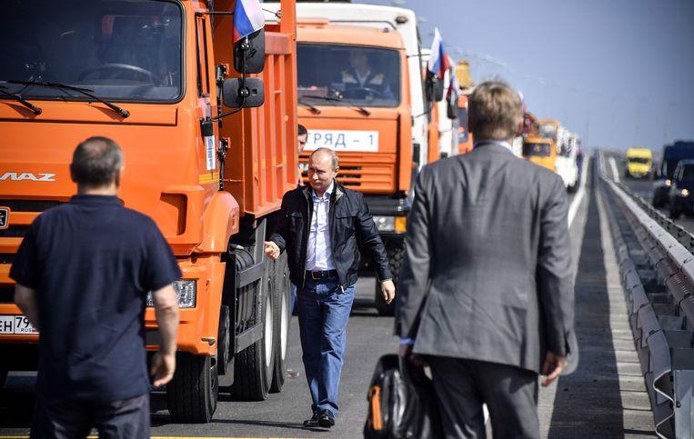Poetin en de oranjekleurige Kamaz-vrachtwagen waarmee hij over de burg reed. Beeld ANP