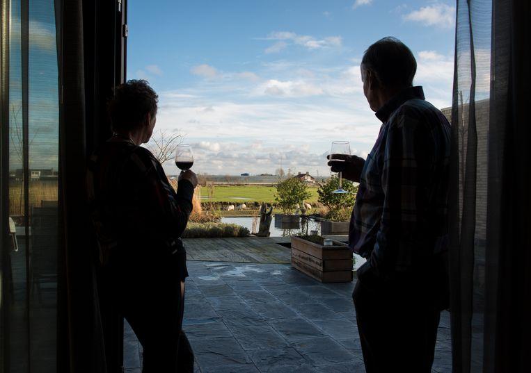 Een gepensioneerd echtpaar kijkt uit over hun tuin. Beeld ANP XTRA