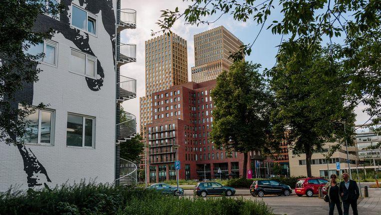 Rond lunchtijd verlaten de zakenmannen in optocht de Zuidas om een broodje te halen op het Gelderlandplein. Beeld Marc Driessen