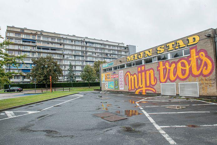 Residentie De Zilverberg ligt achter de parking aan het vroegere Spillebad. Paviljoen drie is op deze foto het meest linkse deel van het gebouw.