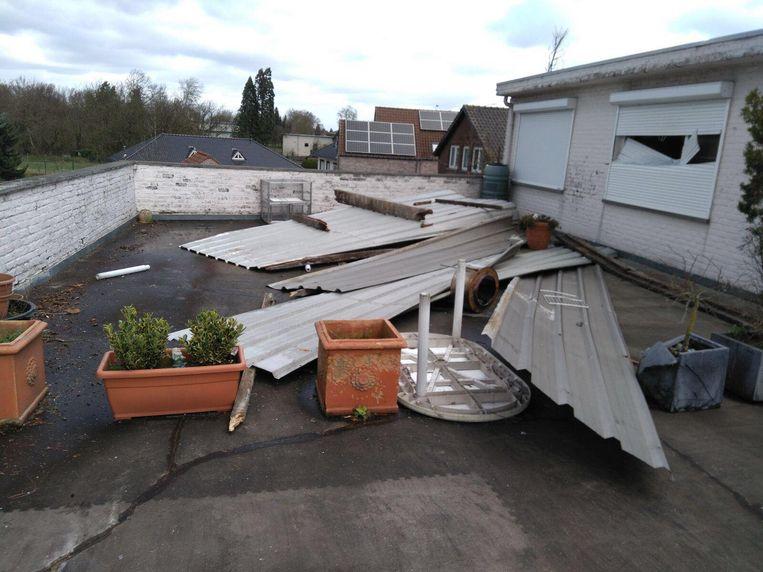 Het terras bij de familie Sangers ligt bezaaid met dakpanelen van de buren.