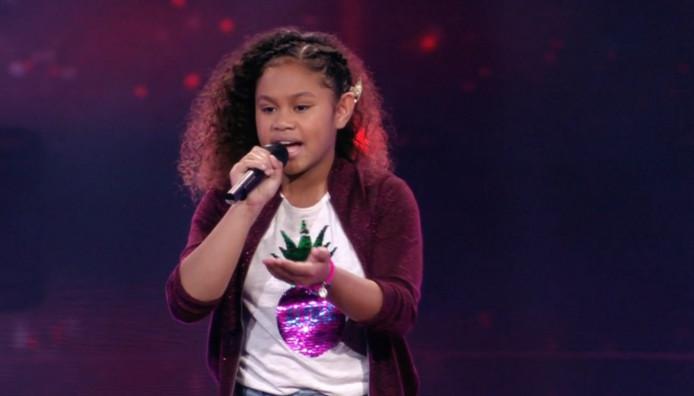 Yosina Rumajauw tijdens de halve finale van The Voice Kids.