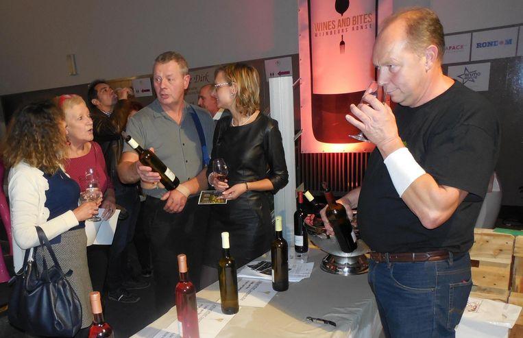 Eric De Koekelaere en Paul Plasmans geven uitleg bij de Michelbeekse wijn van landgoed Dorrebeek.