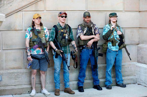 Aanhangers van de organisatie verschijnen vaak in Hawaii-hemden op betogingen.