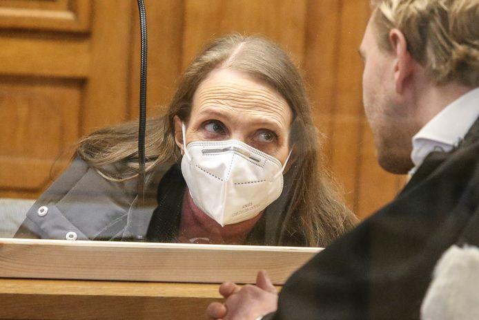 Alinda Van der Cruysen in bespreking met haar advocaat Nick Heinen.