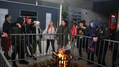 Zelfgemaakte houten accessoires van leerlingen brengen 4.500 euro op