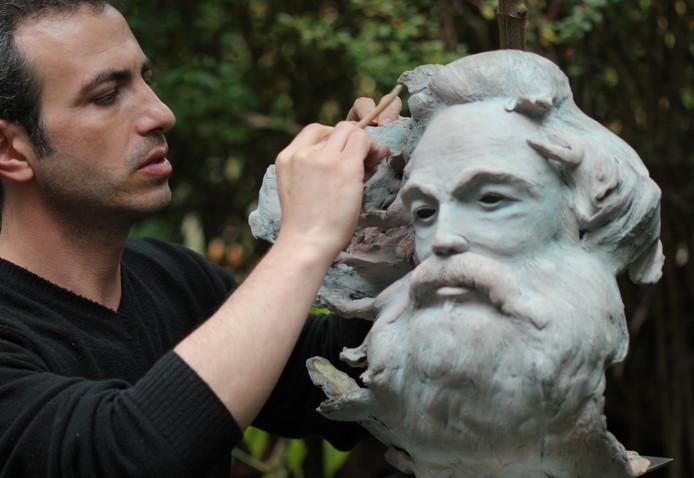 Deelnemer aan het beeldhouwsymposium Nasr Azahrmehr biedt zondag 17 september burgemeester Elly Blanksma en de stad Helmond een kunstwerk aan.