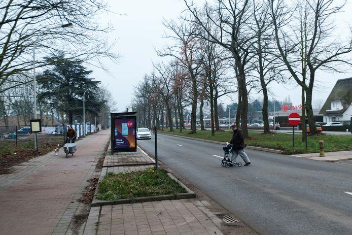 Fietsers en voetgangers moeten op de Prins Boudewijnlaanbn twee rijvakken kruisen, zonder zebrapad en zonder verkeerslichten.