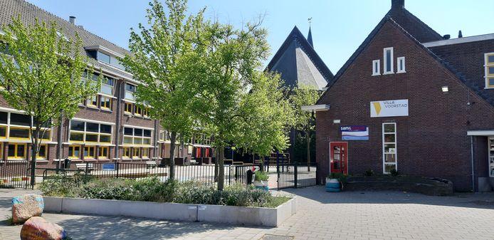 Rechts het pand in Voorstad dat voor bijna een miljoen euro wordt opgeknapt. Op de gevel prijkt nog het bord van Villa Voorstad. Links de school waar tot voor de Windroos in zat.