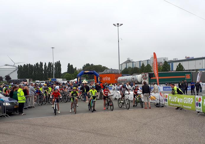 Start van achtervolging Nationale jeugdronde op terrein Suikerunie in Stampersgat