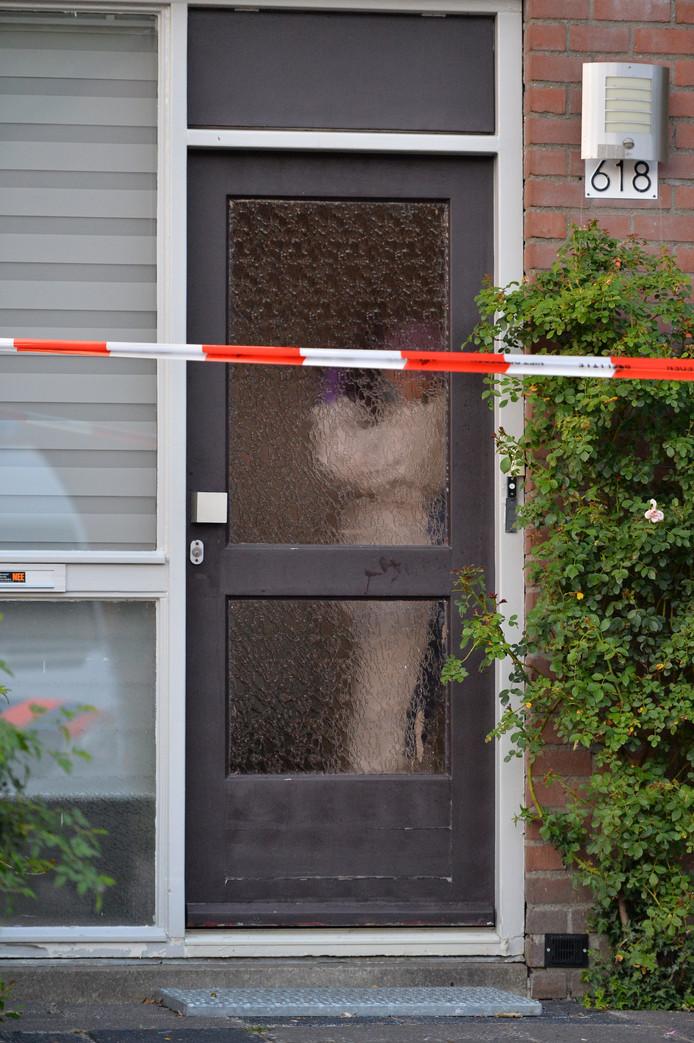 De recherche is bezig met onderzoek in de woning, waar de dode vrouw werd aangetroffen.