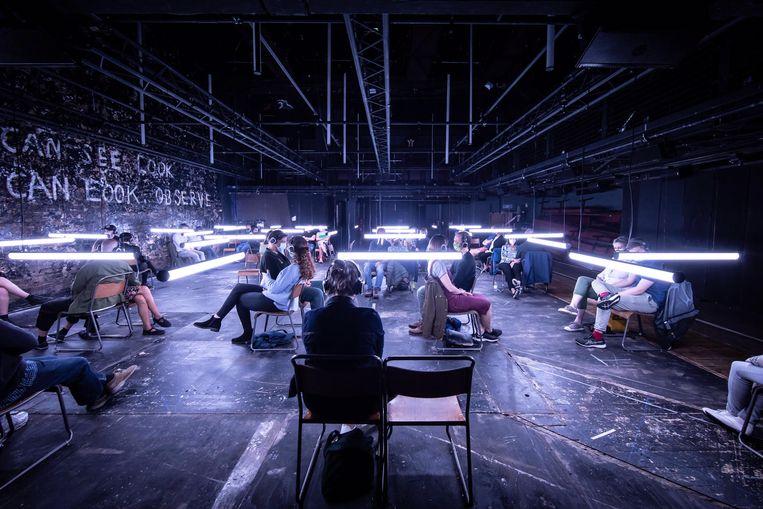 Bezoekers in het Donmar Warehouse bij de theatrale audio-installatie 'Blindness'. Beeld Foto Helen Maybanks