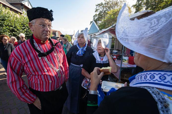 Scheidend burgemeester Van Maaren in klederdracht.