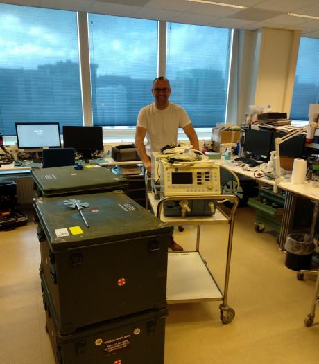 Defensie levert vier nieuwe beademingsapparaten voor corona-patiënten bij Isala in Zwolle af
