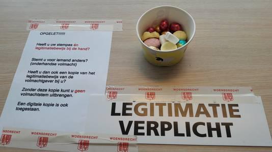 Beloning voor de lange zit op de elf stembureaus in de gemeente Woensdrecht: paaseitjes en schuimpjes.
