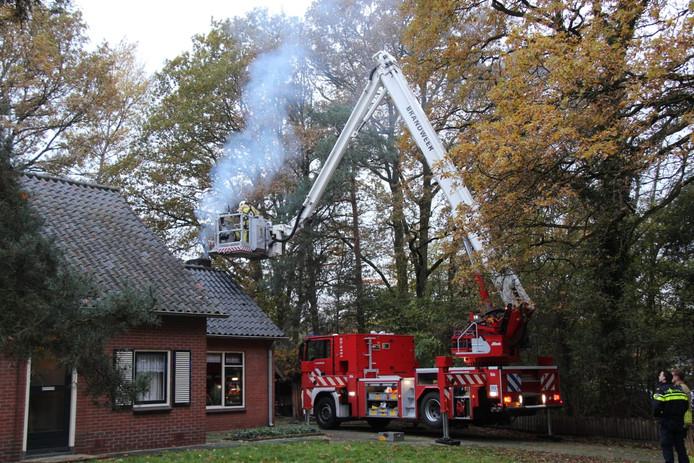 De brandweer is ter plekke bij een flinke schoorsteenbrand in Markelo