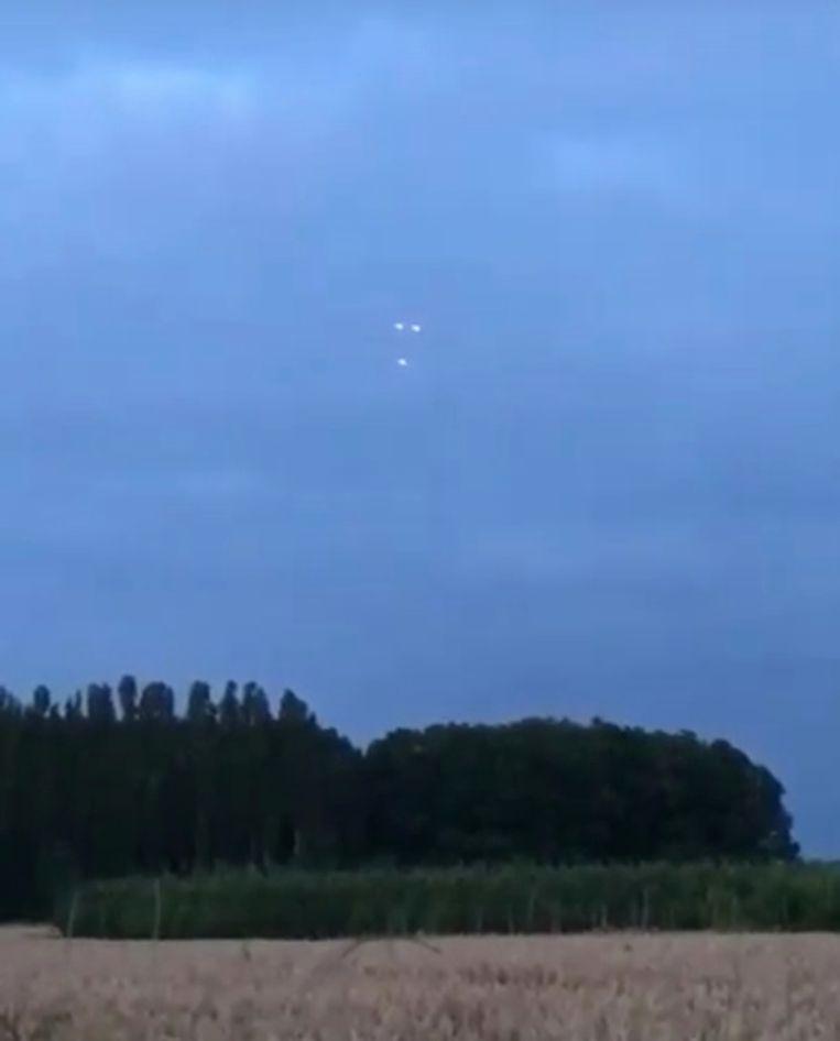 Een omwonende zag enkele vreemde lichtpunten aan de hemel. Mogelijk gaat het om drones.