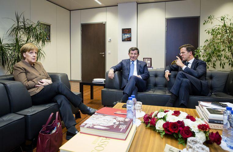 Premier Mark Rutte (L) ontmoet de Turkse premier Ahmet Davutoglu (C) en de Duitse bondskanselier Angela Merkel (R) op de ambassade van Turkije. De ontmoeting vond plaats in aanloop naar de Europees-Turkse topconferentie over de vluchtelingencrisis Beeld anp