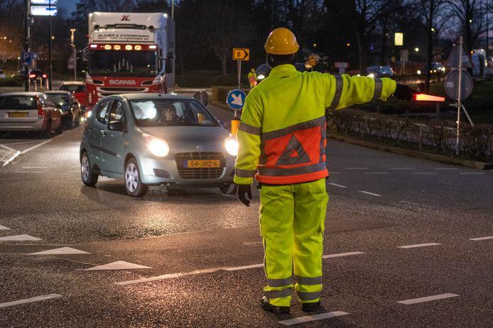 Verkeersregelaars moeten het verkeer in de buurt van de Oostdam in veilige banen leiden