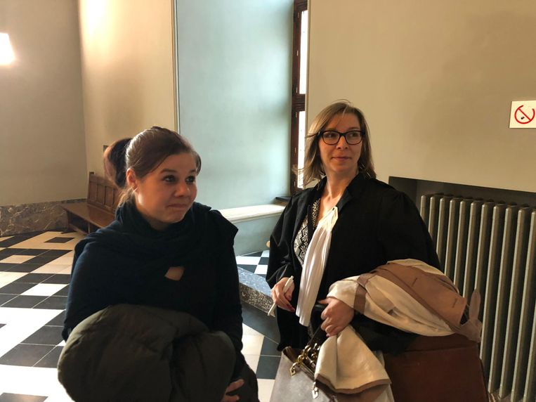 Vicky Mondelaers met haar advocate Leen Wellens. Zij was te laat omdat haar vierjarig zoontje ziek was.