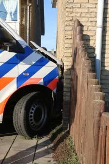 Politiebusje knalt tegen gevel door gladheid