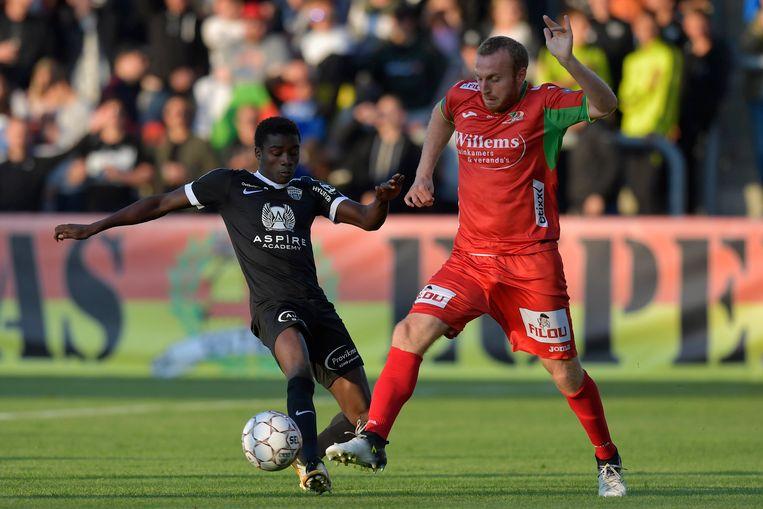 Moussa Wague (l) in duel met Kevin Vandendriessche.