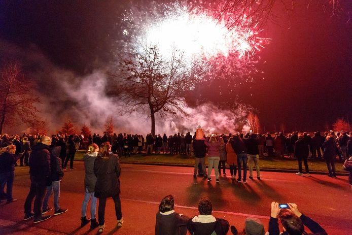 In woonwijk de Nieuwe Gagels in Steenwijk is tijdens de jaarwisseling vorig jaar een centrale vuurwerkshow gehouden. Om en nabij de 300 gezinnen hebben met een tientje inleg per persoon bijgedragen aan het vuurwerk. De rest is afkomstig van sponsoren.