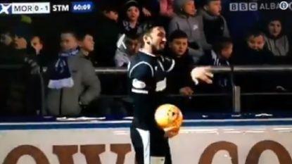VIDEO: Fan bekogelt speler van de tegenpartij, maar zijn geniale reactie had de supporter niet zien aankomen