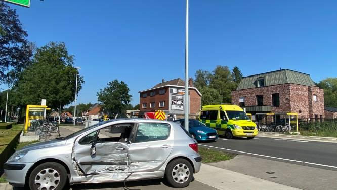Leerling-bestuurder rijdt in flank van afslaande auto: drie slachtoffers naar ziekenhuis