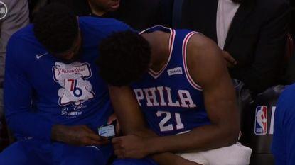 VIDEO. Heisa in NBA: terwijl team op parket wordt ingeblikt, zitten twee spelers doodleuk op gsm te tokkelen