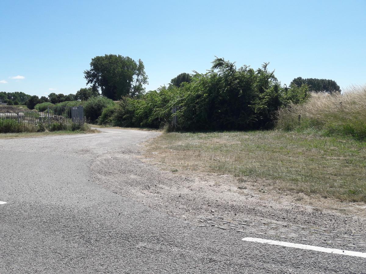 De ingang van het waterschapsterrein aan de Duivelshoekseweg tussen Breskens en Nummer Een waar Ploegstra's auto in 2010 werd aangetroffen.