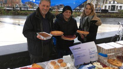 Marktbezoekers kopen stukje taart ten voordele van Make-A-Wish
