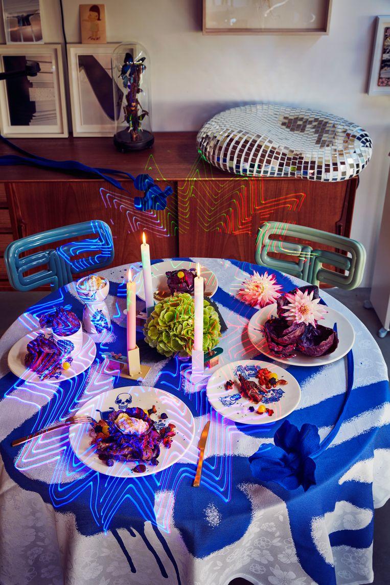 * 3D-geprinte 'Chubby'-stoelen van Dirk van der Kooij, € 495 (www.dirkvanderkooij.com) * 'Graffiti'-tafellaken van Viktor & Rolf by TextielMuseum, € 135 (www.by.textielmuseum.nl) * 'Kom'-servies van Social Label, vanaf € 9,95 per stuk. (www.sociallabel.nl) * 'Fixum'-kandelaar van Floris Hovers voor Vij5 € 59,95 (www.edwinpelser.nl) * Bestek van Maarten Baas voor Valerie Objects, vanaf € 238,45 voor een 16-delige set (www.valerie-objects.com) Beeld null