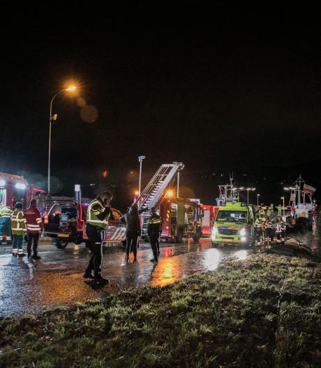 Persoon overlijdt nadat auto in Rijn bij Randwijk belandt