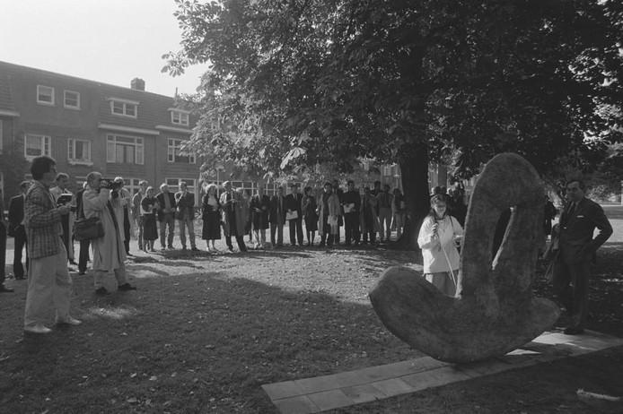 In 1987 zou dit fraaie beeld onthuld zijn. Onze vroegere fotograaf Thom van Amsterdam legde het tafereel vast. Was u er ook bij? Weet u meer? Staat het beeld er nog steeds? We kijken uit naar uw reacties.