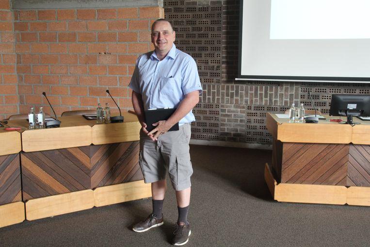 Gemeenteraadslid Tom Van Impe (CD&V) nam in bermuda deel aan de laatste gemeenteraad voor de zomer in Erpe-Mere.
