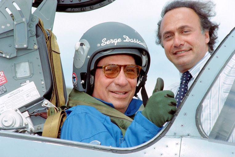 Olivier Dassault (R)met zijn vader Serge,  die in een Mirage 2000-5 gevechtsvliegtuig zit. Beeld AFP