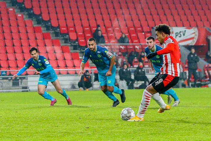 Malen mist in eerste instantie, maar in de rebound scoort de PSV'er wel.