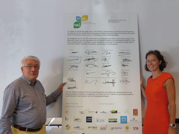Schepen Hendrik Blommaert en burgemeester Cynthia Browaeys maken de toetrede tot Klimaatgezond Zuid-Oost-Vlaanderen officieel.
