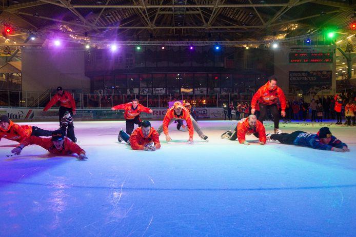 Het team maakt een showduik in Triavium.