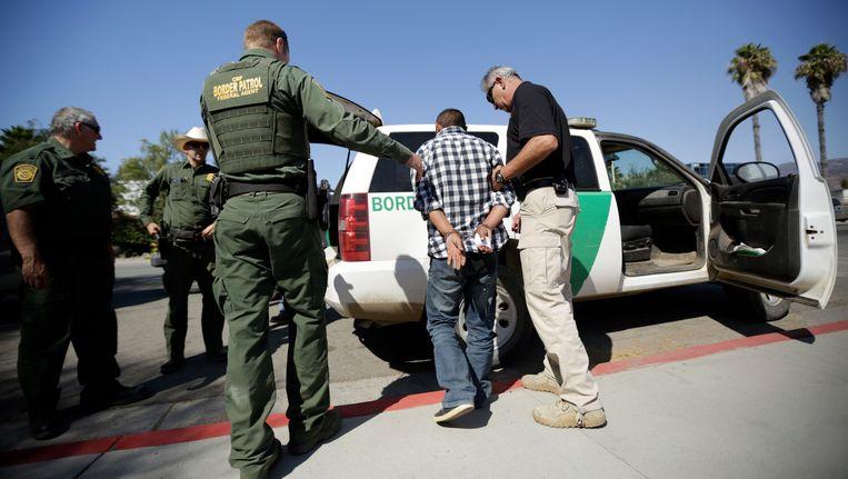 De Amerikaanse grenspolitie arresteert een Mexicaanse man die illegaal de grens tussen de VS en Mexico was overgestoken.