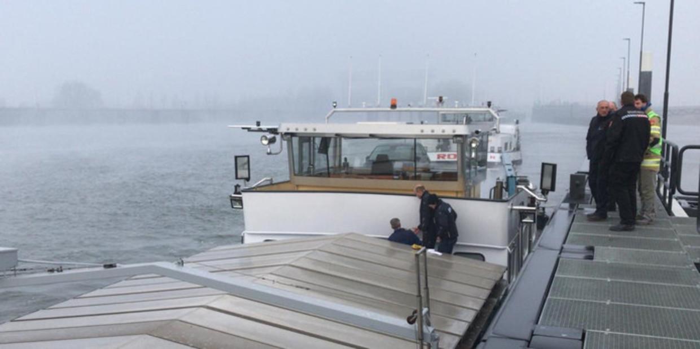 De Milieu Ongevallen Dienst (MOD) doet onderzoek in Nieuwegein op het schip.