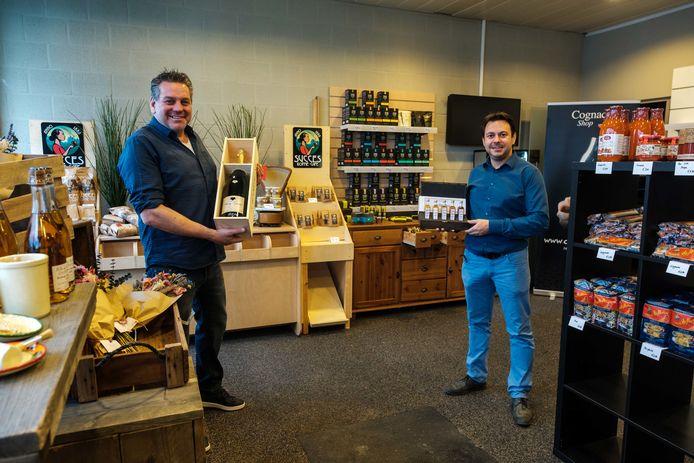 Initiatiefnemers Nicky Verlinden, rechts, en Gert Menten, in hun Complet Pop-Up Store.