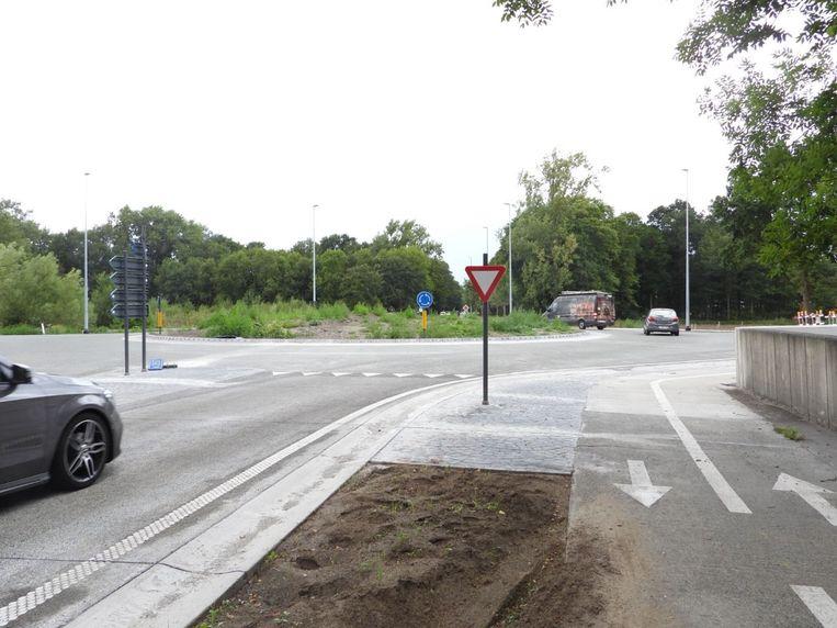 De rotonde werd maandag opengesteld voor het verkeer.