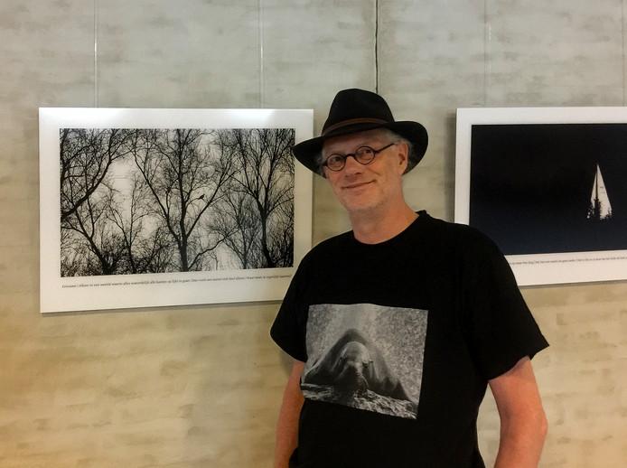 Ivo Ketelaar in het Eindhovense stadhuis, waar zijn foto's worden geëxposeerd.