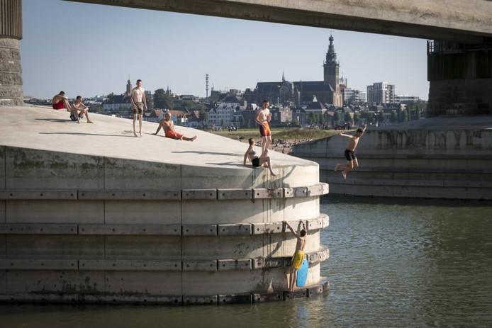 Favoriete bezigheid: springen vanaf de brugpijler.